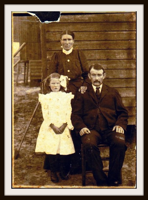 "Thomas Lafayette ""Fate"" Mixon with wife, Julia Clance and another Clance girl. Image courtesy of http://royalmixon.tribalpages.com"
