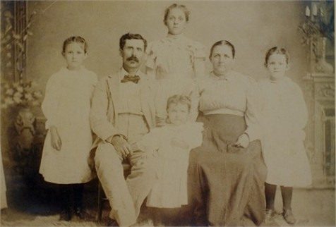 Family of William Lawrence Swindle, circa 1900.  Left to Right: May Ola Swindle, William Lawrence Swindle, Ada Belle (standing,rear), Callie Etta Swindle (center, front), Polly Nesmith Swindle, Emma Lee Swindle. Image source: Cher Newell.