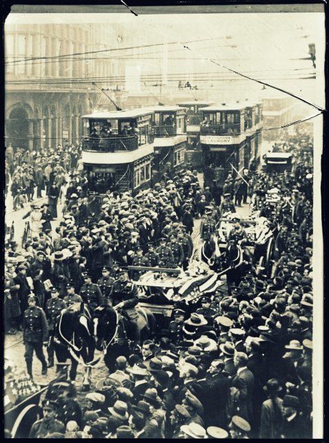 An American military funeral in Belast, Ireland. On Oct. 11, a public funeral was held in Belfast for twelve American soldiers, victims of the Otranto disaster, and men who died from pneumonia after being landed in Ireland from a troopship. The march through the city, from the Victoria barracks to the City Cemetary. Everywhere the streets were crowded with people who had gathered to pay tribute to the honored dead. The coffins were carried on open hearses, two on each conveyance, with a guard of honor composed of British soldiers, marching beside the coffins, each of which was covered with an American flag http://hdl.loc.gov/loc.pnp/anrc.10184a